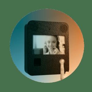 Visitantes e prestadores de serviços se comunicam por voz e imagem pelo painel de telepresença.